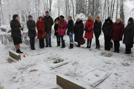 Piemiņas brīdis kapos