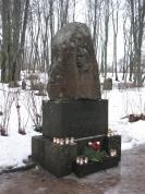 Blaumaņa piemineklis Blaumaņa kapos Ērgļos